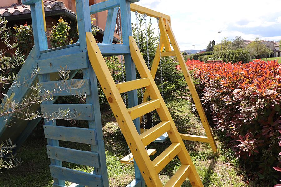 altalena da giardino in legno combinata con scivolo da giardino realizzata da linea legno vista laterale