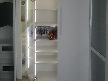 moile da camera bianco con anta scorrevole e specchio