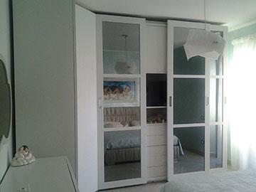 armadio da camera da letto bianco con ante scorrevoli