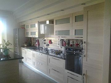 cucina moderna su misura in legno chiaro vista laterale