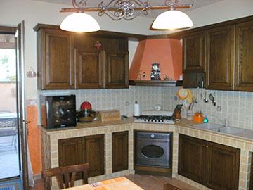 cucina rustica in legno massello e muratura