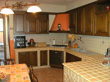 cucina rustica in legno e muratura su misura
