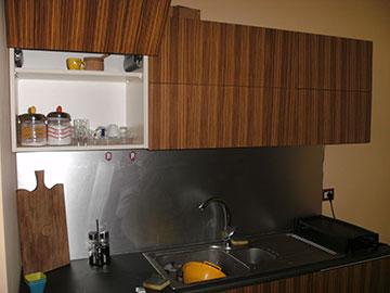 cucina su misura in legno marrone on sportello apribile a ribalta