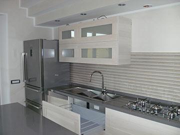 cucina moderna in legno chiaro con cassetti ammortizzati
