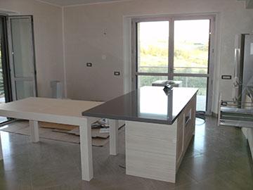 cucina moderna con penisola centro stanza