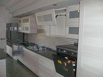 cucina moderna in legno chiaro vista lato destro