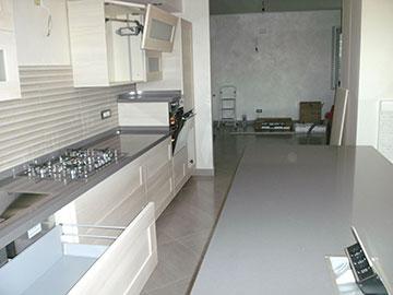 cucina moderna in legno chiaro montaggio