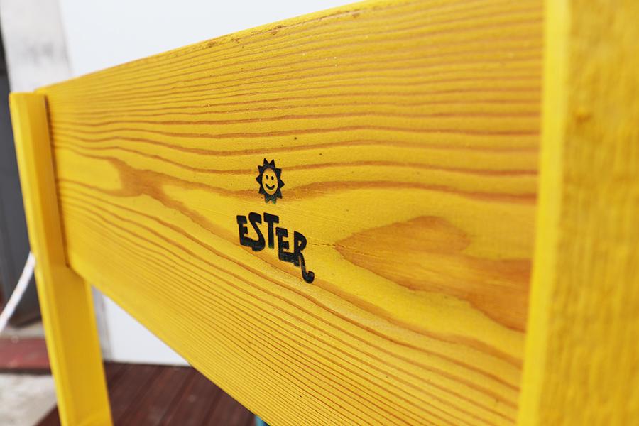 dettaglio sedia da esterno design gialla realizzata da linea legno
