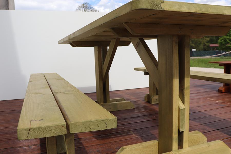 dettaglio tavolo con pache da esterno marrone chiaro realizzato da linea legno