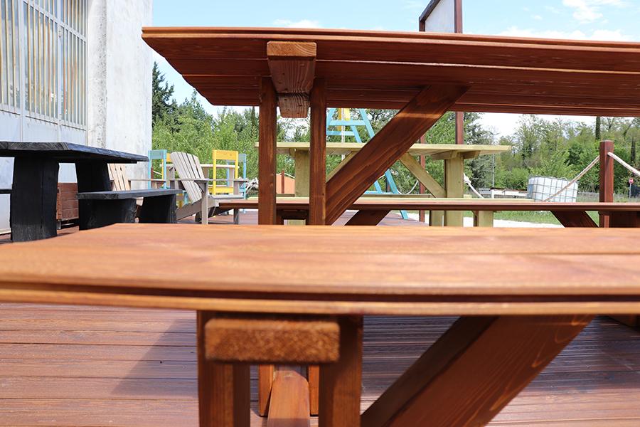 dettaglio tavolo con pache da esterno marrone relizzato da linea legno