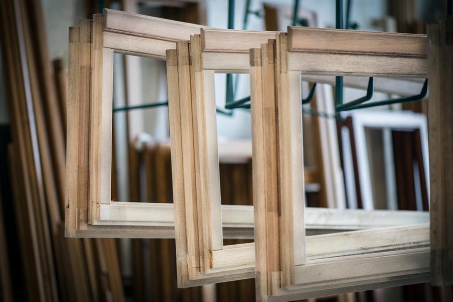 telai finestre in legno massello durante la lavorazione presso linea legno