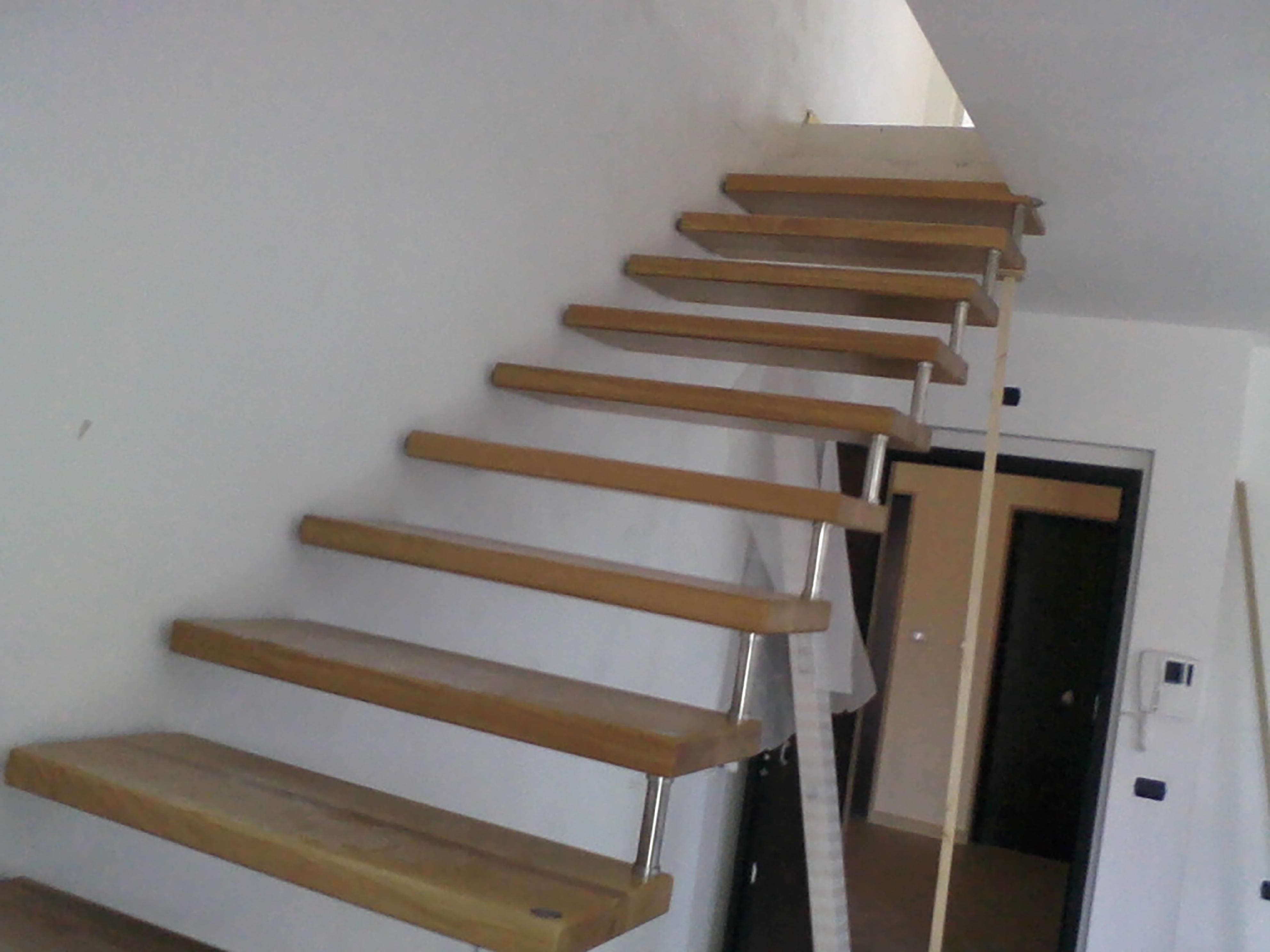 gradini scala in sospensione color legno