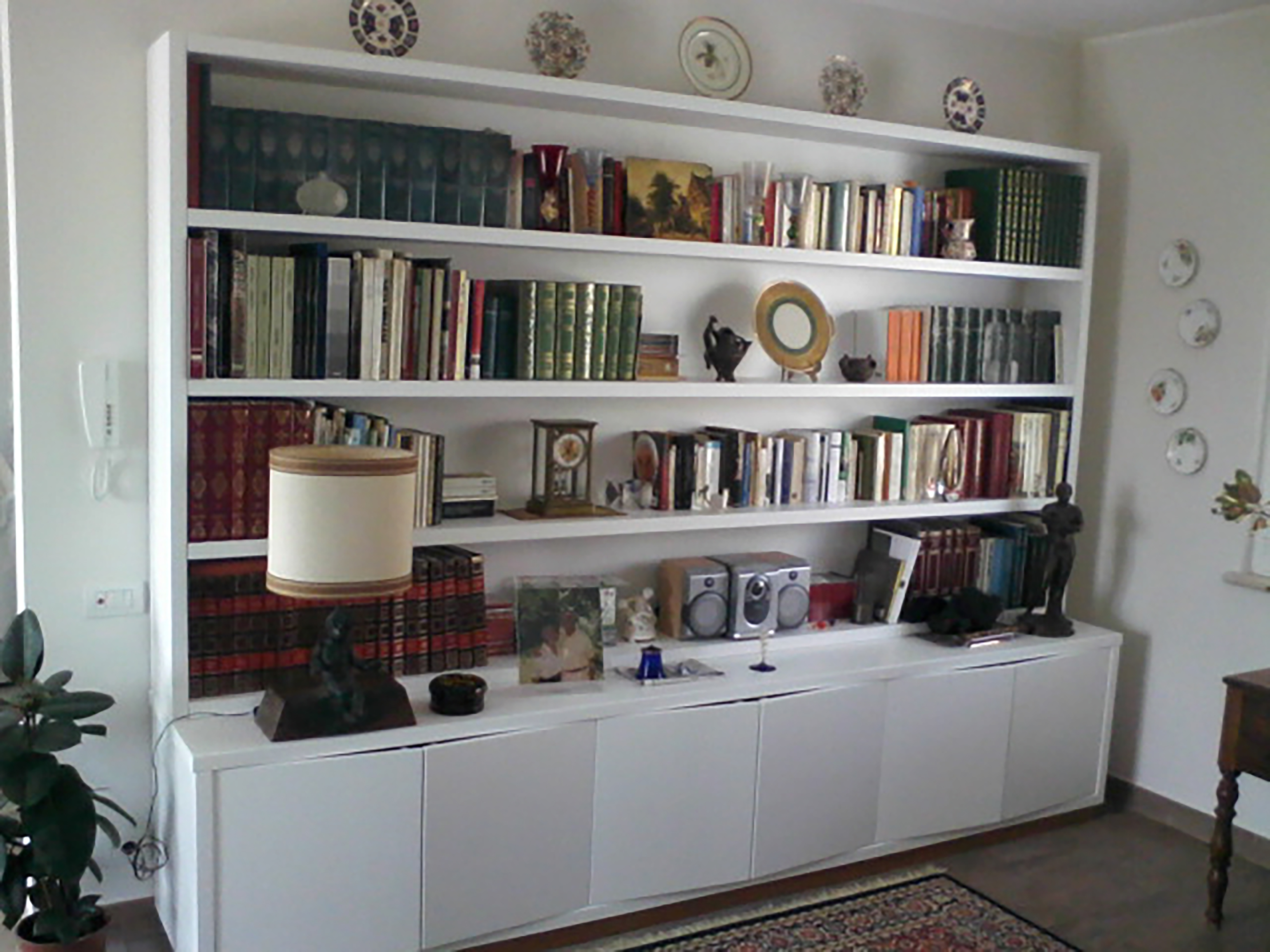 libreria bianca su misura realizzata da linea legno