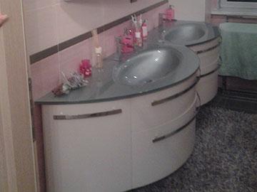 mobile da bagno in legno con lavabo in vetro
