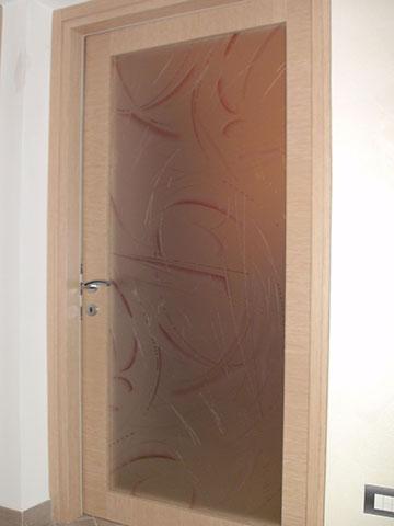 parta in legno chiaro con vetro su misura