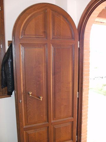 portoncino ingresso casa con porta ad arco