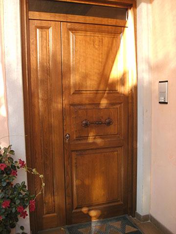 portoncino ingresso casa in legno massello su misura