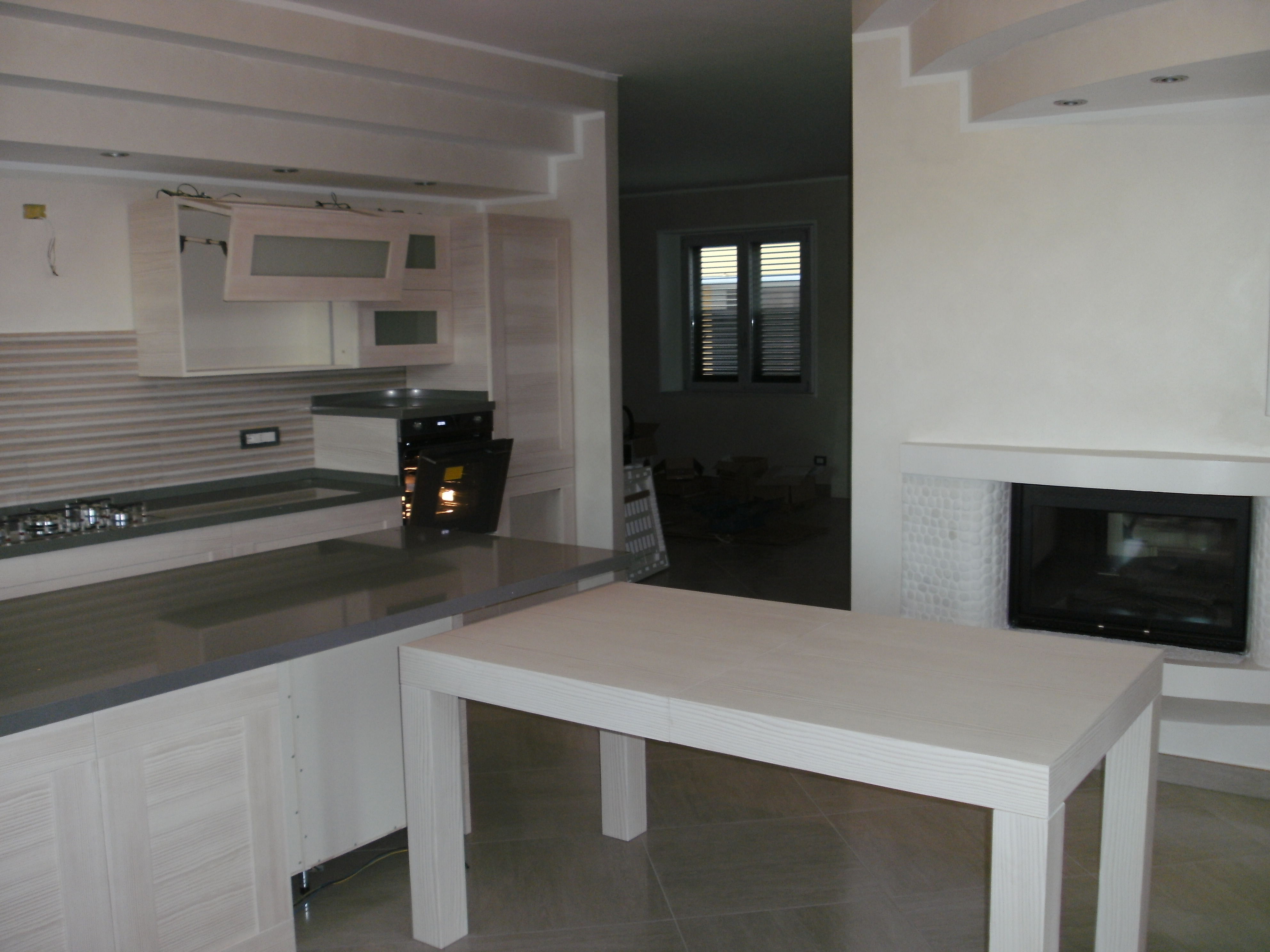tavolo bianco moderno con venature legno realizzato da linea legno