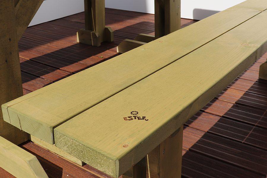 tavolo con pache da esterno marrone chiaro dettaglio logo ester