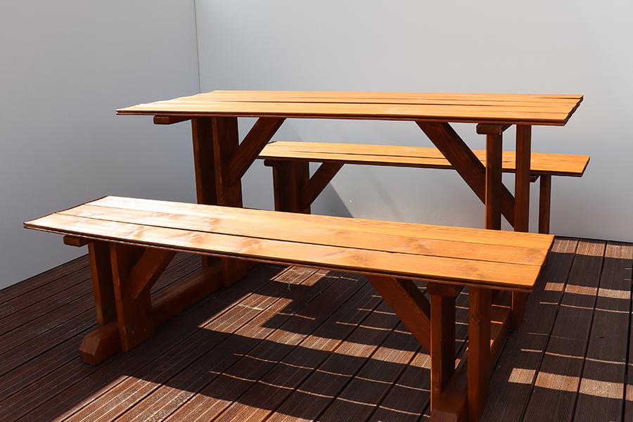 tavolo con pache da esterno marrone relizzato da linea legno