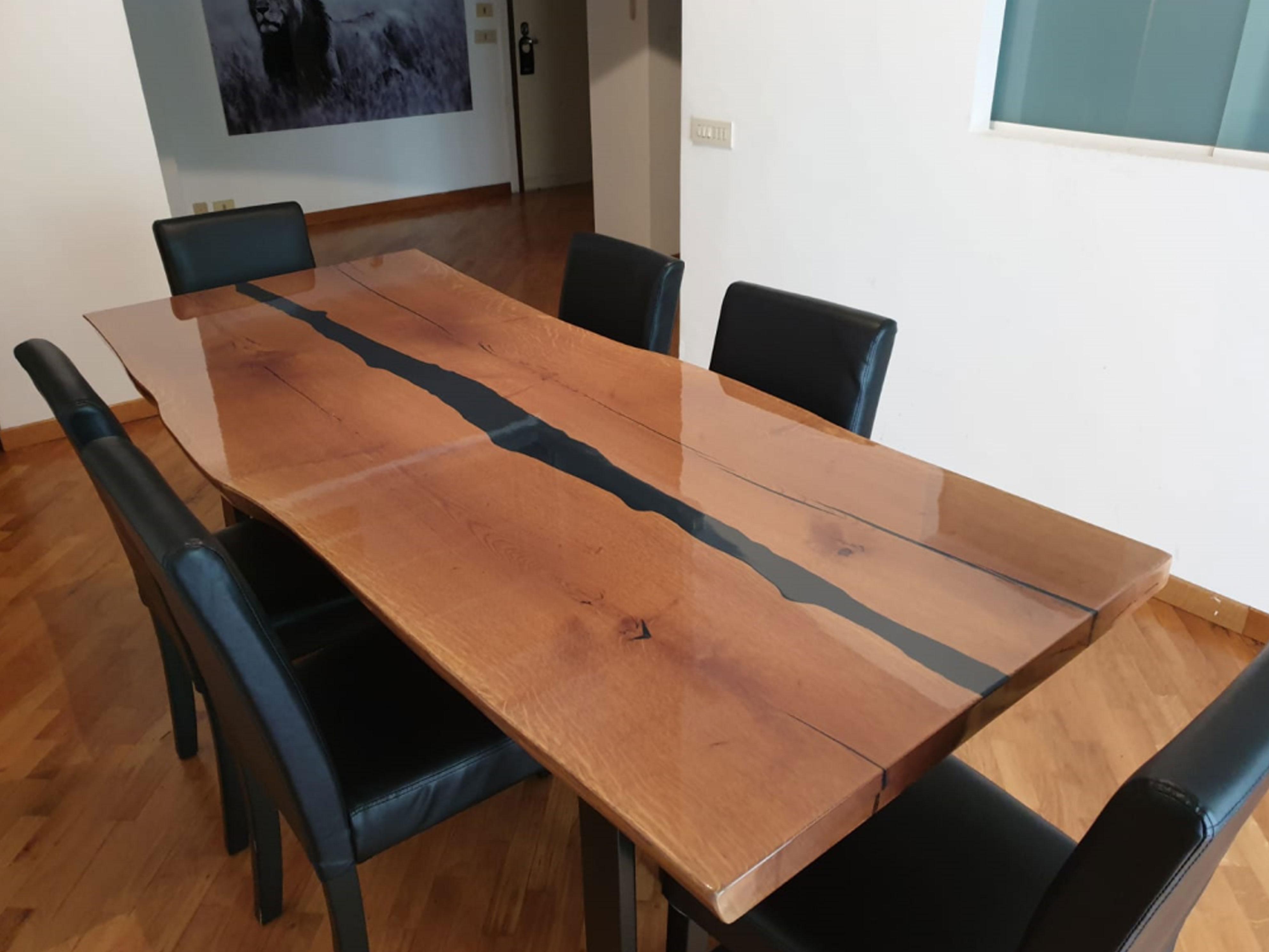 tavolo con piano in legno naturale e stuccature nere a vista