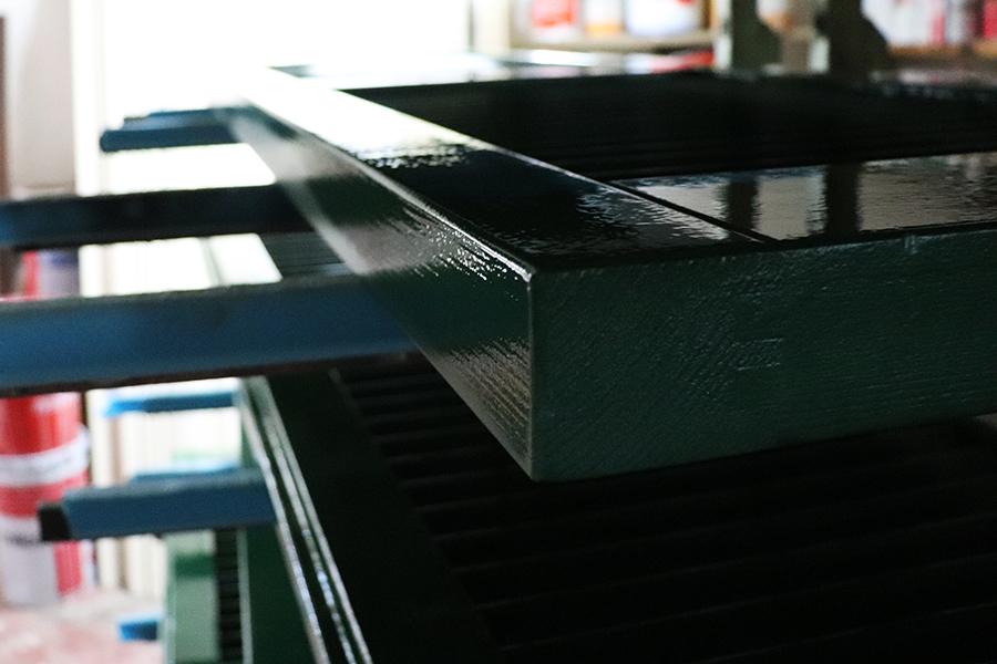 verniciatura e asciugatura persiane in legno massello verdi realizzata da linea legno