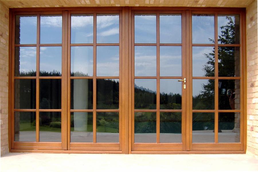 vetrata a parete con porta in legno realizzata da linea legno